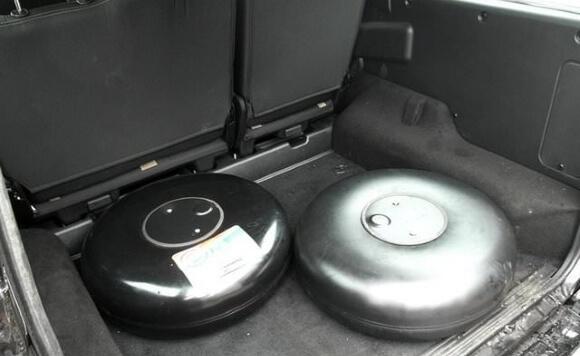 Тороидальный баллон на полу багажника
